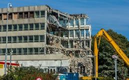 Rozbiórka budynek wysokim zasięg ekskawatorem Zdjęcie Stock