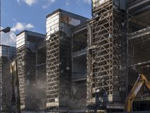 Rozbiórka stary przemysłowego budynku whith metalu ścierwo Obrazy Royalty Free