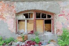 Rozbiórka zaniechany mieszkaniowy kamienny budynek dwupiętrowy na Sovetskaya ulicie 2A Obraz Stock