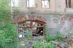 Rozbiórka zaniechany mieszkaniowy kamienny budynek dwupiętrowy na Sovetskaya ulicie 2A Obraz Royalty Free
