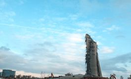Rozbiórka zaniechany telewizi wierza w Ekaterinburg w 24th Marzec 2018 resztki zniszczony wierza Obrazy Stock