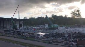 Rozbiórkowy ekskawator rozdziera daleko budynek zdjęcie wideo