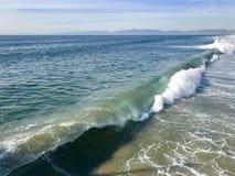 Rozbijać falę na Kalifornia plaży fotografia royalty free