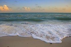 Rozbijać fala na plaży obrazy royalty free