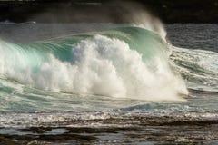 Rozbijać potężną kipieli fala przy plażą Zdjęcia Royalty Free