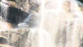 Rozbijać wodę nad wielkimi skałami zbiory