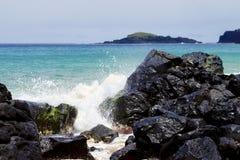 Rozbijający Macha na Lawowych skałach, sekret plaża, Kauapea, Kauai, Hawaje, usa zdjęcia stock