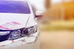 Rozbijający na frontowych Headlamps biały samochód obraz royalty free