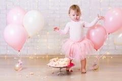 Rozbijający partyjny tło mała dziewczynka i roztrzaskujący tort nad bri - obraz stock