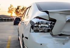 Rozbijający samochód wypadek na drodze zdjęcie stock