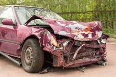 rozbity samochód Purpurowy samochód po trzaska Ośniedziały zderzak Zdjęcie Stock