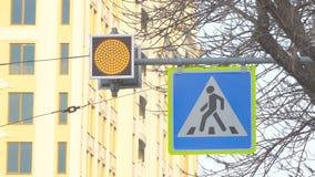 Rozblaskowy żółty światło na zwyczajnym skrzyżowaniu zbiory wideo