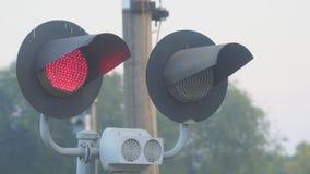 Rozblaskowy czerwone światło przy kolejowym skrzyżowaniem zdjęcie wideo