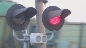 Rozblaskowy czerwone światło przy kolejowym skrzyżowaniem na tle omijanie pociąg zbiory wideo