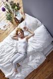Rozciągać out w łóżku Fotografia Royalty Free
