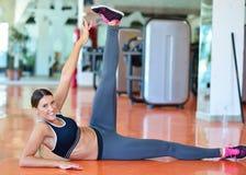 Rozciągający pilates ćwiczy w sprawności fizycznej studiu fotografia stock