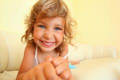 rozciągliwość przednia dziewczyna wręcza izbowe uśmiechnięte rozciągliwość zdjęcia stock
