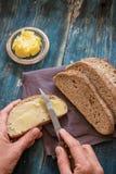 Rozciągnięty świeży masło na całej banatki chlebie obraz royalty free