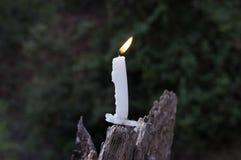 Rozciekła świeczka na drewnianym słupie zdjęcie stock