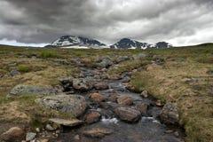 rozciekłe skały leją się wodę Fotografia Royalty Free