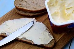 Rozciek?a serowa kanapka na czarnym chlebie dla ?niadania zdjęcie stock