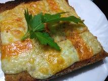 Rozciekły czerwony Leicester ser na brown bry Obraz Royalty Free