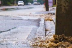 Rozciekli wodni przepływy zestrzelają przez manhole zdjęcie royalty free