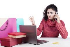 Rozczarowana kobieta po robić zakupy online Obrazy Stock
