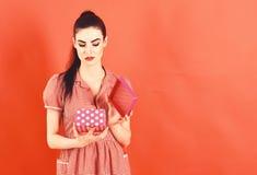 Rozczarowania i emocj pojęcie Kobieta otwiera prezenta pudełko i czuje rozczarowanie obraz stock
