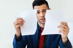 Rozczarowanie biznesowego mężczyzny mienie drzejący kontrakt obrazy stock