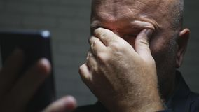 Rozczarowany biznesmena wizerunek Używać telefon komórkowy komunikację Gestykuluje spęczenie fotografia royalty free