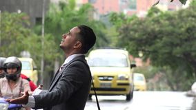 Rozczarowany Biznesowy mężczyzna w deszczu zbiory wideo