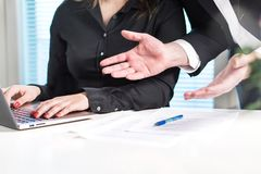 Rozczarowany lub gniewny szef wrzeszczy przy pracownikiem zdjęcie stock