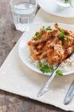 Rozdaje ryż z wołowiny stroganoff na białym talerzu fotografia stock