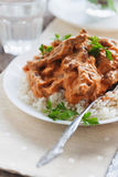 Rozdaje ryż z wołowiny stroganoff na białym talerzu fotografia royalty free