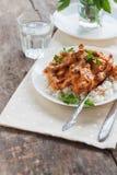 Rozdaje ryż z wołowiny stroganoff na białym talerzu obrazy royalty free