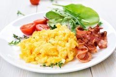 Rozdrapana jajek, bekonu i warzywa sałatka, Obrazy Royalty Free