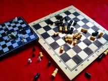 Rozdrapane szachowe deski i kawałki zdjęcie royalty free