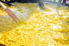 Rozdrapani jajka dla dużego omletu Obrazy Stock