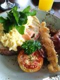 Rozdrapani jajka i pomidorowy bekonowy śniadanie Obrazy Stock