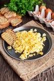 Rozdrapani jajka na niecce z piec na grillu grzanką Obraz Stock