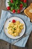 Rozdrapani jajka, omelette, odgórny widok, pionowo Śniadanie z smażącymi jajkami, filiżanka herbata, pomidory na starym drewniany zdjęcie royalty free