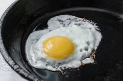 Rozdrapani jajka w ciskającej żelaznej niecce śniadanie Zdjęcia Stock