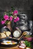 Rozdrapani jajka z bekonem i kiszeni ogórki, Obrazy Royalty Free