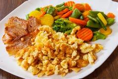 Rozdrapani jajka z bekonu i warzyw mieszanką Zdjęcia Stock