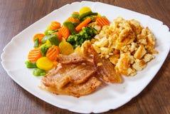Rozdrapani jajka z bekonu i warzyw mieszanką Zdjęcie Royalty Free