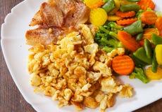Rozdrapani jajka z bekonu i warzyw mieszanką Zdjęcie Stock
