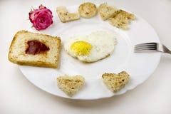 Rozdrapani jajka z miłością na białym tle, róży miłość zdjęcia stock