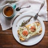 Rozdrapani jajka z serem na chlebie, zamykają w górę widoku obrazy stock