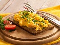 Rozdrapani jajka z szczypiorkami zdjęcia royalty free